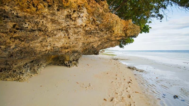 Piękna dzika tropikalna plaża blisko Anda z granitowymi skałami Bohol wyspa Filipiny fotografia royalty free