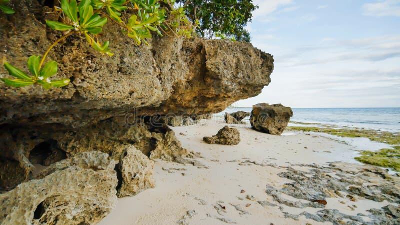 Piękna dzika tropikalna plaża blisko Anda z granitowymi skałami Bohol wyspa Filipiny zdjęcia royalty free