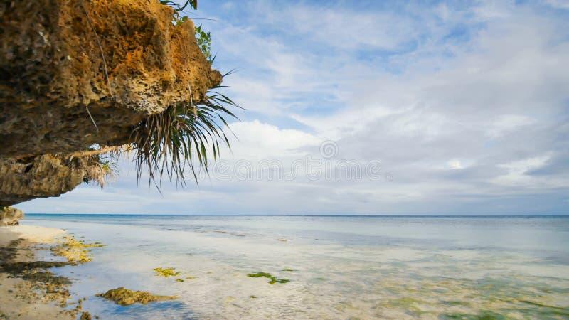 Piękna dzika tropikalna plaża blisko Anda z granitowymi skałami Bohol wyspa Filipiny zdjęcie royalty free