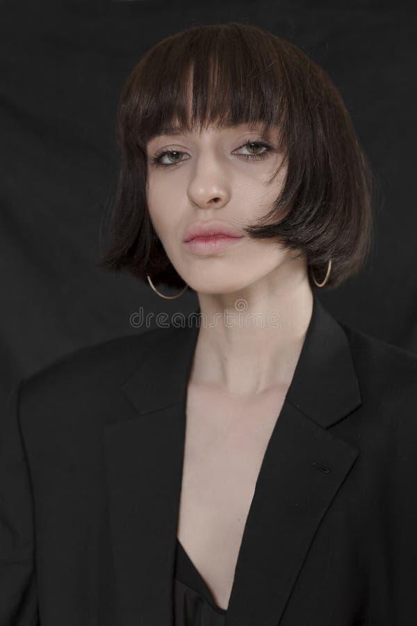 Piękna, elegancka dziewczyna w modnych czerni ubraniach z krótkim czarni włosy, Modny studio strzał zdjęcie royalty free