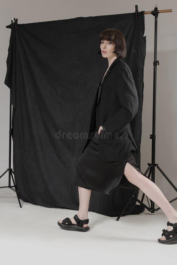 Piękna, elegancka dziewczyna w modnych czerni ubraniach z krótkim czarni włosy, Modny studio strzał zdjęcia royalty free