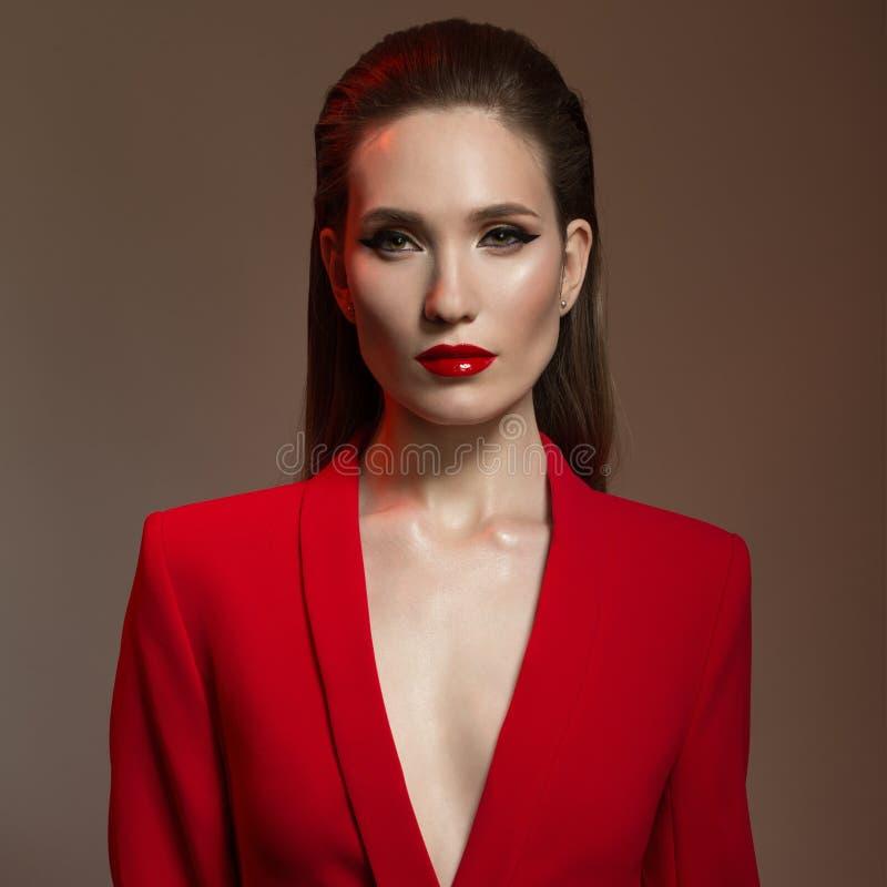 Piękna elegancka kobieta w czerwonej kurtce Moda obraz royalty free