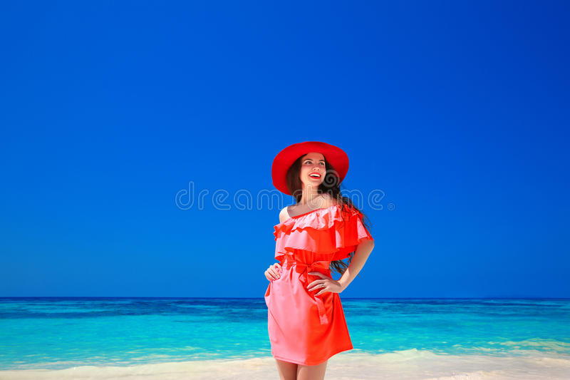 Piękna elegancka kobieta w czerwonym kapeluszu cieszy się na egzotycznym morzu, tropi zdjęcie royalty free