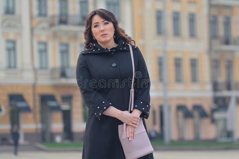 Piękna elegancka kobieta w mieście fotografia stock