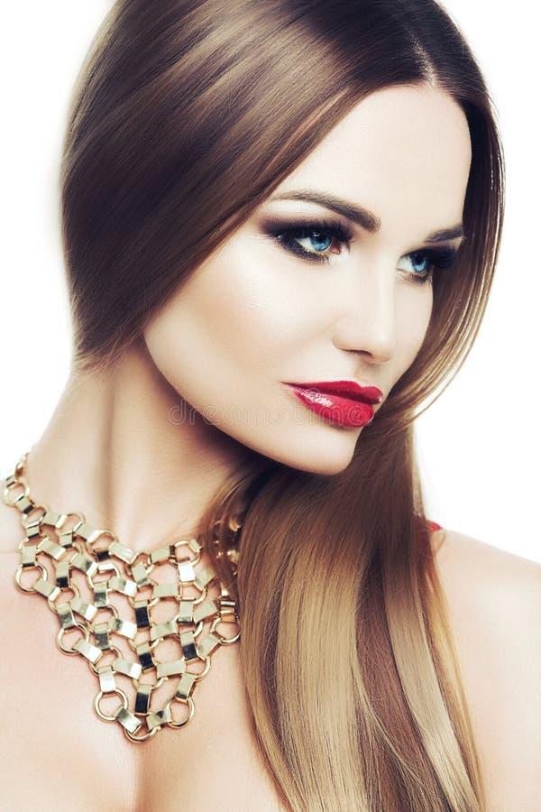 Piękna elegancka kobieta z jaskrawymi niebieskimi oczami i makeup Kosmetyki, opieka Pracowniany biały tło, odizolowywający wspani fotografia royalty free