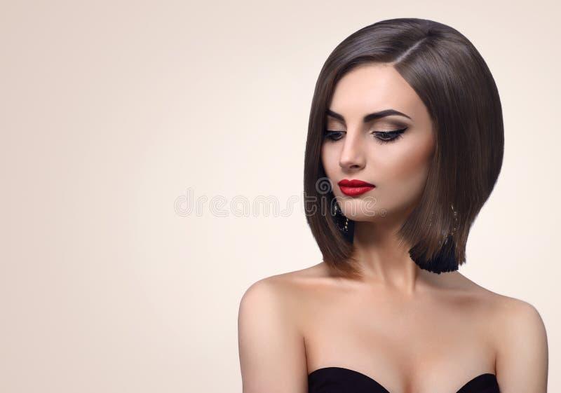 Piękna elegancka młoda kobieta pozuje w studiu fotografia royalty free