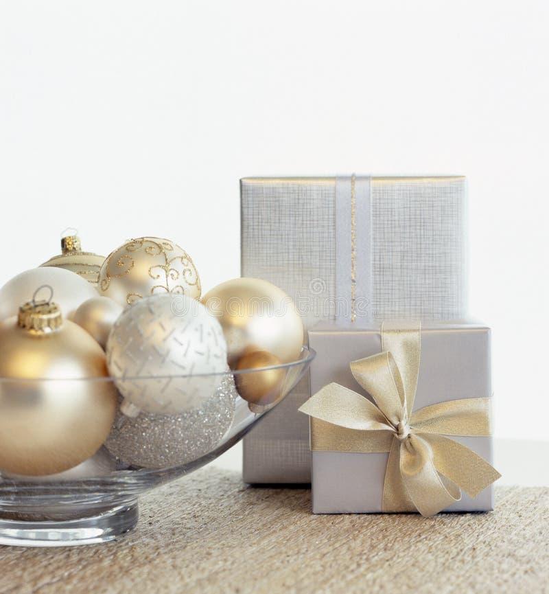 Piękna, elegancka srebrna i złota prezenty świąteczna oraz szklana miska z ozdobami z baniek Fantastyczne, luksusowe domy wakacyj zdjęcia royalty free