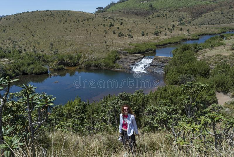 Piękna europejska dziewczyny pozycja blisko stawu na wzgórzu zdjęcia royalty free