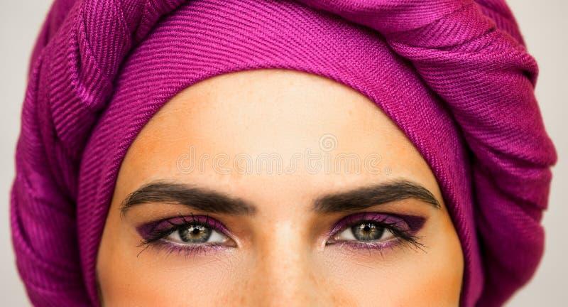 Piękna Europejska kobieta w jaskrawym różowym turbanie i piękny makeup Styl miastowa moda fotografia royalty free