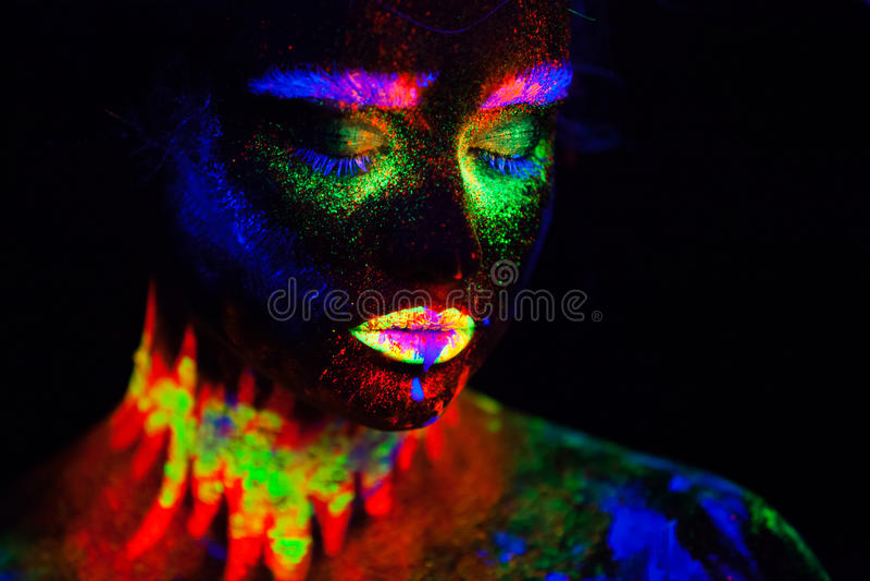 Piękna extraterrestrial modela kobieta w neonowym świetle Ja jest portretem piękny model z fluorescencyjnym makijażem, sztuka zdjęcie stock