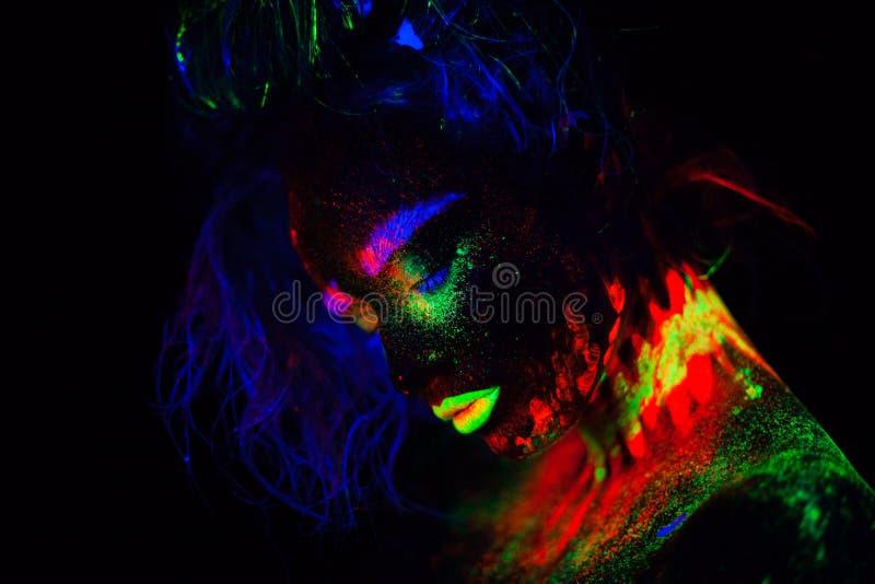 Piękna extraterrestrial modela kobieta z błękitnym heair i zielone wargi w neonowym świetle Ja jest portretem piękny model obraz royalty free
