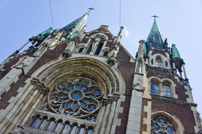 Piękna fasada stary kościół katolicki, strzał od dołu do góry fotografia stock