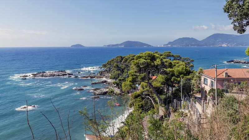 Piękna Fiascherino plaża przegapia zatokę los angeles Spezia, Liguria, Włochy fotografia stock