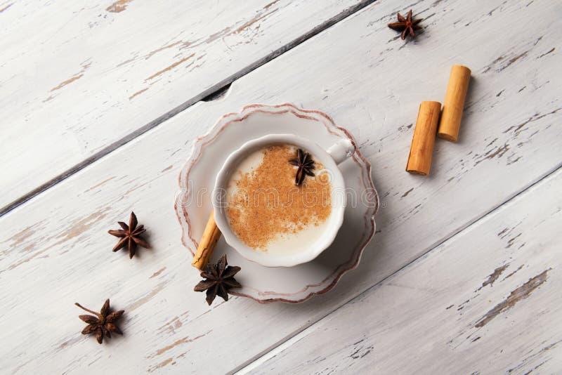 Piękna filiżanka tradycyjna indyjska masala Chai herbata dalej z gwiazdowym anyżem i cynamonem na podławym drewnianym tekstury tl obraz royalty free