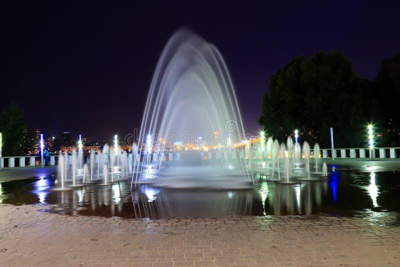 Piękna fontanna na tle nocnego nieba w mieście Wieczór Dniepropietrowska, Ukraina, Dniepro obraz royalty free