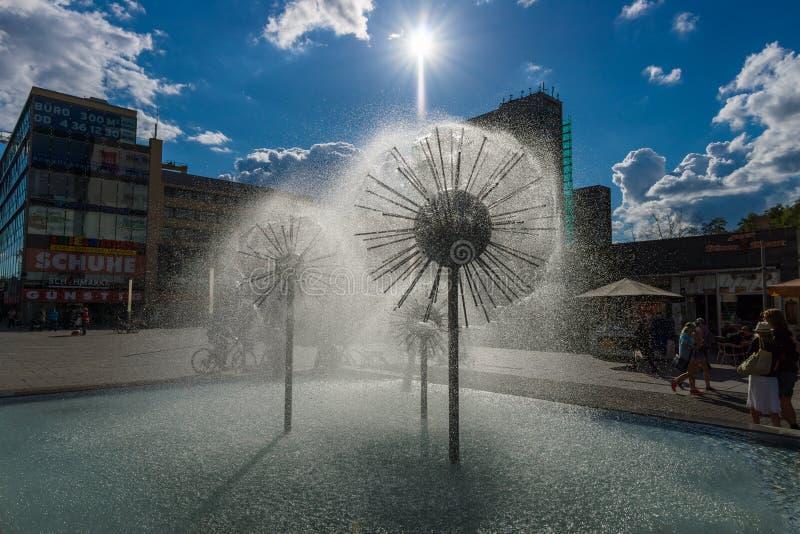 Piękna fontanna w postaci piłki zdjęcie royalty free