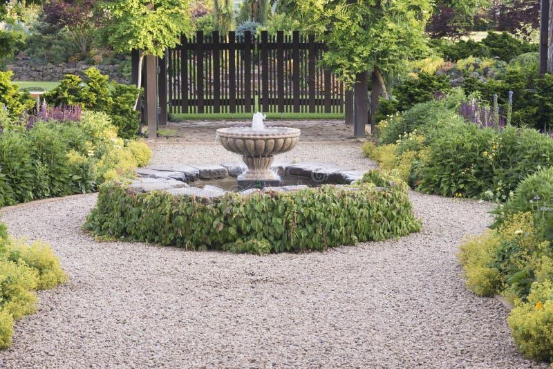 Download Piękna fontanny ścieżka obraz stock. Obraz złożonej z klasyk - 41952329
