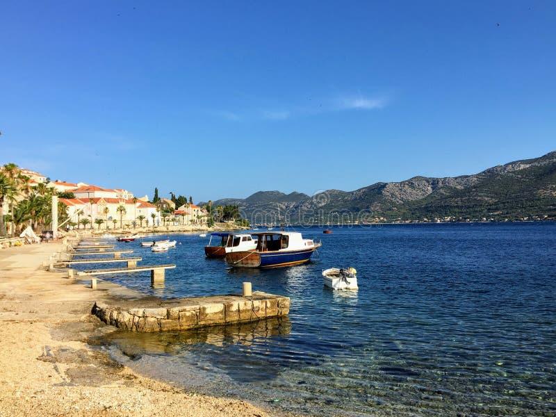 Piękna fotografia linia brzegowa miasteczko Korcula, na Korcula wyspie Chorwacja Woda jest jasnym błękitem zdjęcie stock