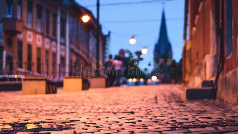 Piękna fotografia Sibiu ulica z selekcyjną ostrością i ewangelicki kościół w tle przy zmierzchem obraz royalty free