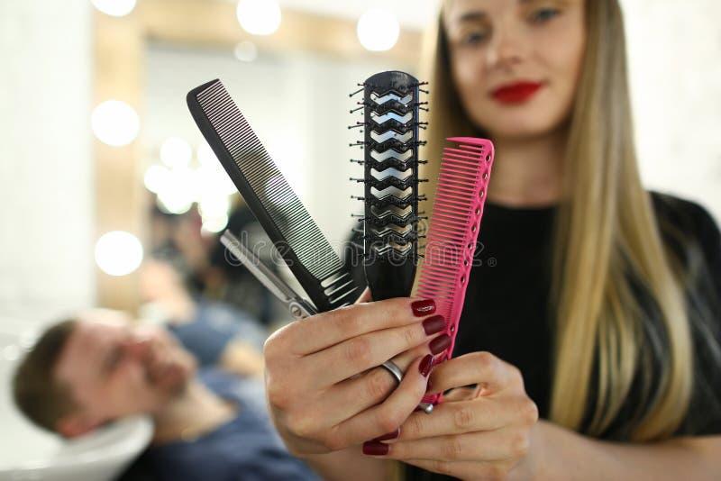 Piękna fryzjera seansu grępla i nożyce zdjęcia stock