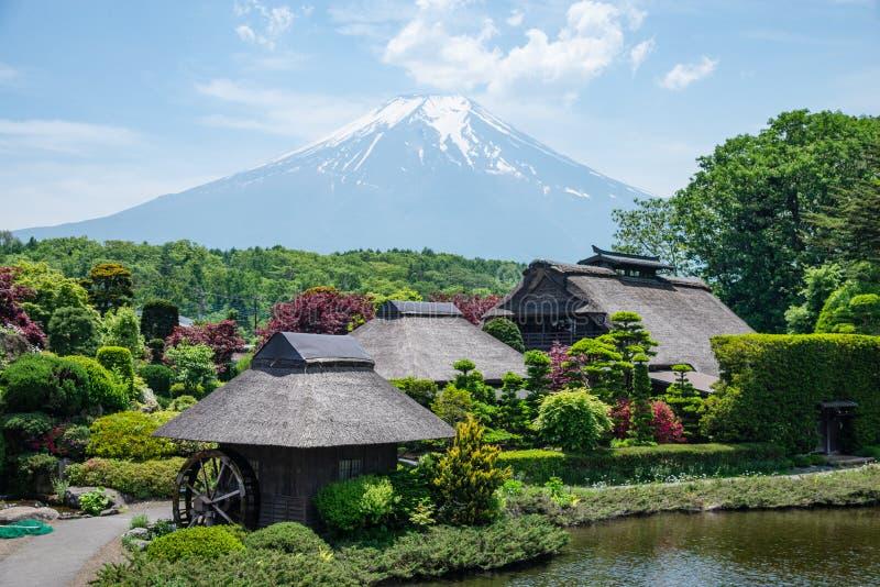 Piękna Fuji góra z chmurą i niebieskim niebem w lecie przy Oshino Hakkai stara Japońska wioska w Japonia obraz stock