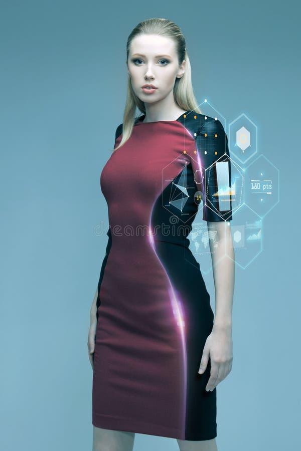 Piękna futurystyczna kobieta z wirtualną projekcją obraz stock