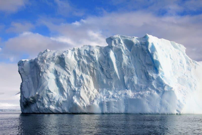 Piękna góra lodowa lub lodowy floe, Antarktyczny ocean zdjęcia royalty free