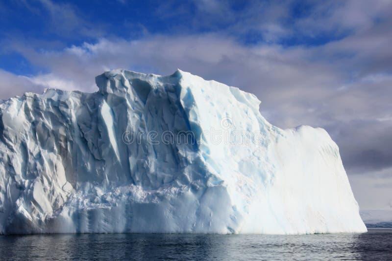 Piękna góra lodowa lub lodowy floe, Antarktyczny ocean zdjęcia stock