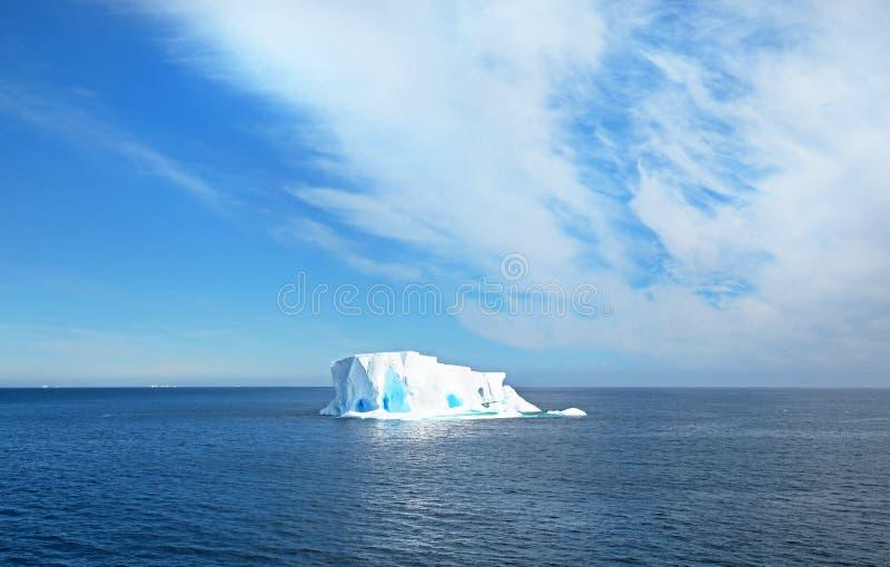 Piękna góra lodowa lub lodowy floe, Antarktyczny ocean, Antarctica niebieski tła dramatyczny niebo obraz royalty free