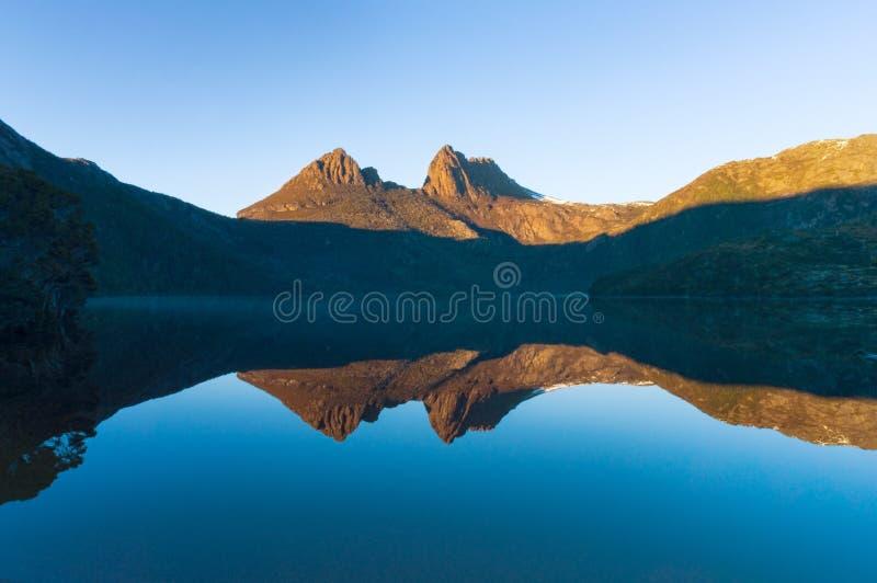 Piękna góra odbijał w jeziorze w ranku zdjęcia stock