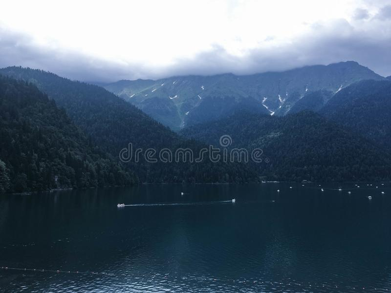Piękna góra w lesie zdjęcie stock