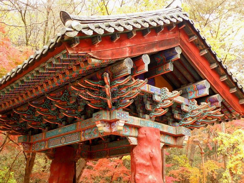 Piękna główna brama Naejansa świątynia pod jesieni ulistnieniem zdjęcie stock
