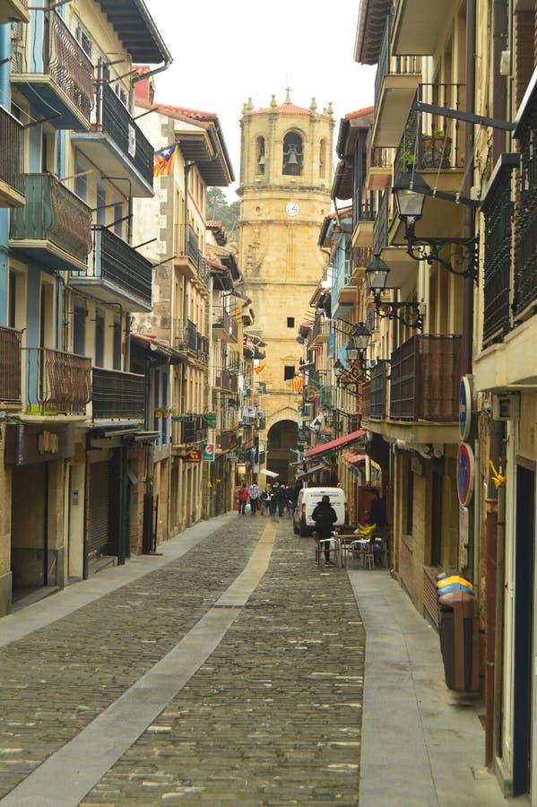 Piękna główna ulica Warowny miasteczko Getaria dno Ty Możesz Widzieć Swój Piękną katedrę Architektura wieki średni zdjęcia royalty free