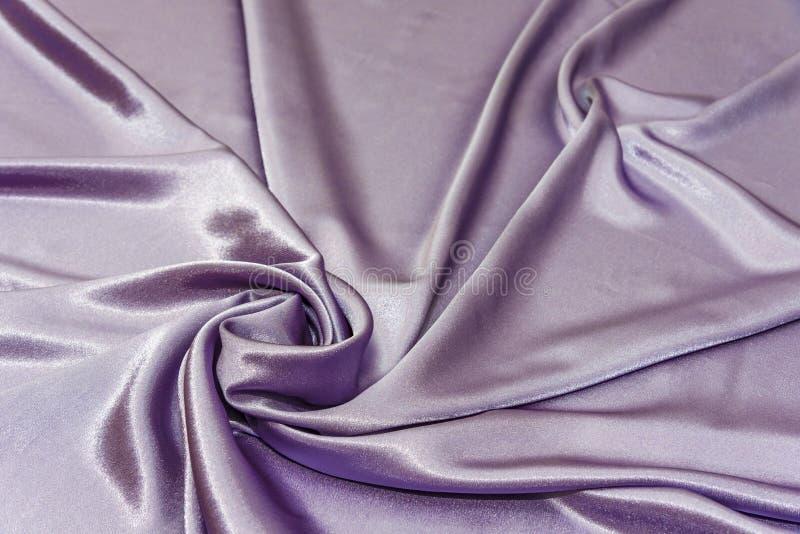 Piękna gładka elegancka falista fiołkowa purpurowa atłasowa jedwabnicza luksusowa sukienna tkaniny tekstura, abstrakcjonistyczny  zdjęcie royalty free