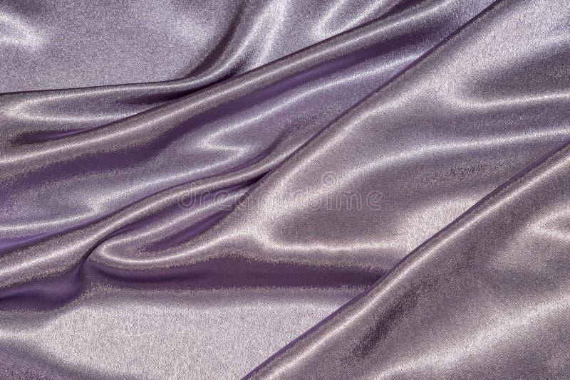 Piękna gładka elegancka falista fiołkowa purpurowa atłasowa jedwabnicza luksusowa sukienna tkaniny tekstura, abstrakcjonistyczny  zdjęcie stock