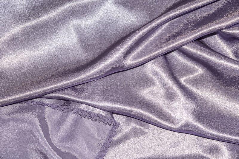 Piękna gładka elegancka falista fiołkowa purpurowa atłasowa jedwabnicza luksusowa sukienna tkaniny tekstura, abstrakcjonistyczny  obraz stock