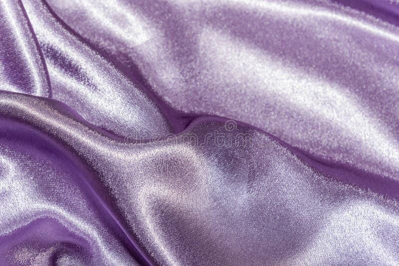 Piękna gładka elegancka falista fiołkowa purpurowa atłasowa jedwabnicza luksusowa sukienna tkaniny tekstura, abstrakcjonistyczny  obraz royalty free