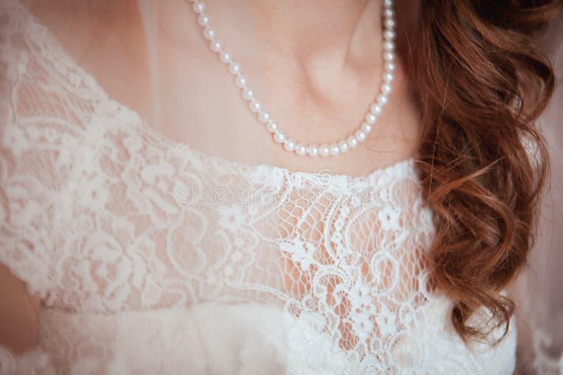 Piękna gipiura na sukni panna młoda Perełkowa kolia dalej fotografia stock