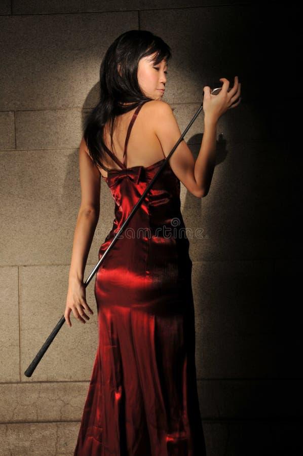 piękna golfowa mienia kija kobieta obraz royalty free