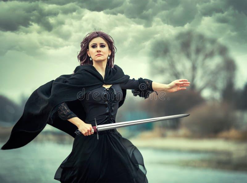 Piękna gothic dziewczyna z kordzikiem obrazy stock