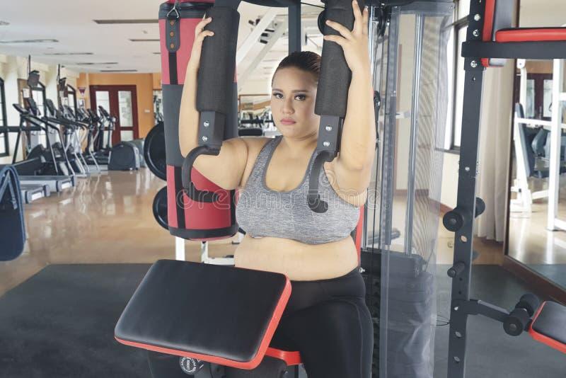 Piękna gruba kobieta robi klatek piersiowych ćwiczeniom fotografia royalty free