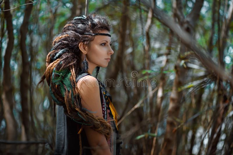 Piękna gypsy dziewczyna z warkoczem dreadlocks outdoors fotografia royalty free