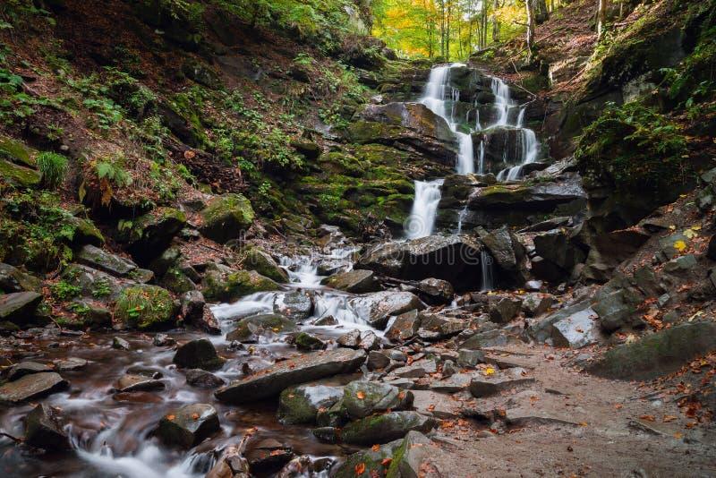 Piękna halna siklawa w jesień lesie fotografia stock