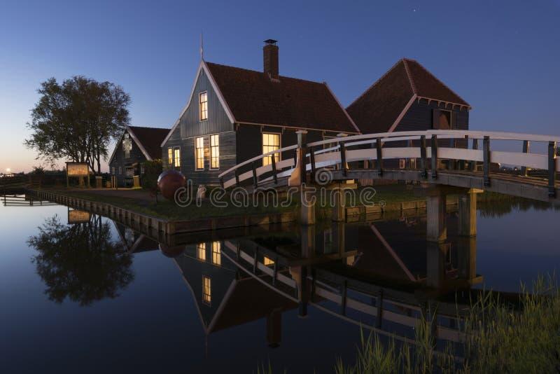 Piękna holenderska wioska Zaanse Schans przy półmrokiem, holandie obrazy stock
