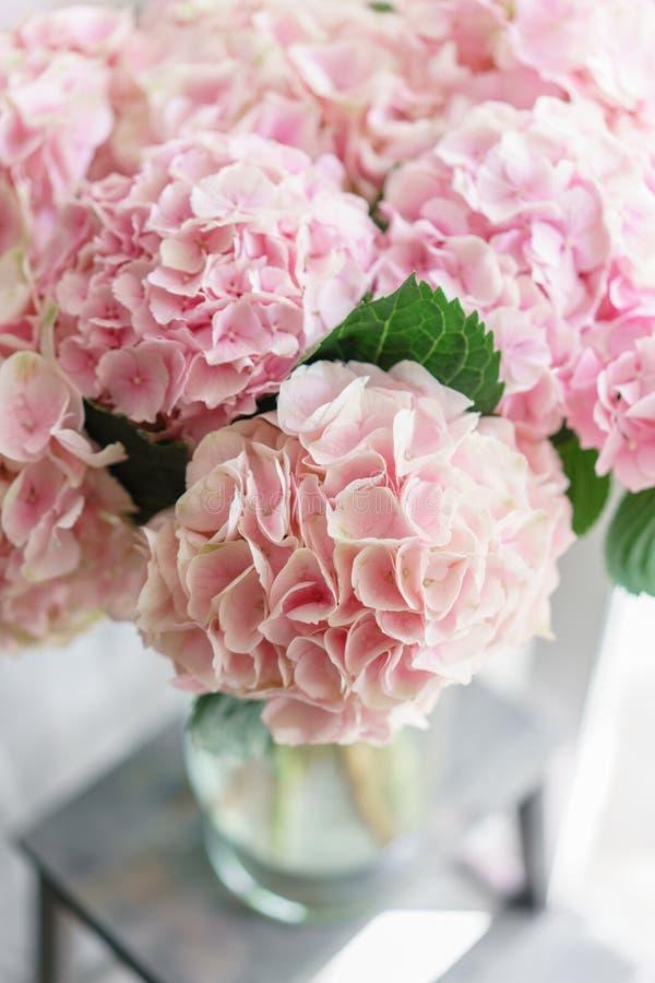 Piękna hortensja kwitnie w wazie na stole Bukiet światło - różowy kwiat Dekoracja dom Tapeta i fotografia royalty free