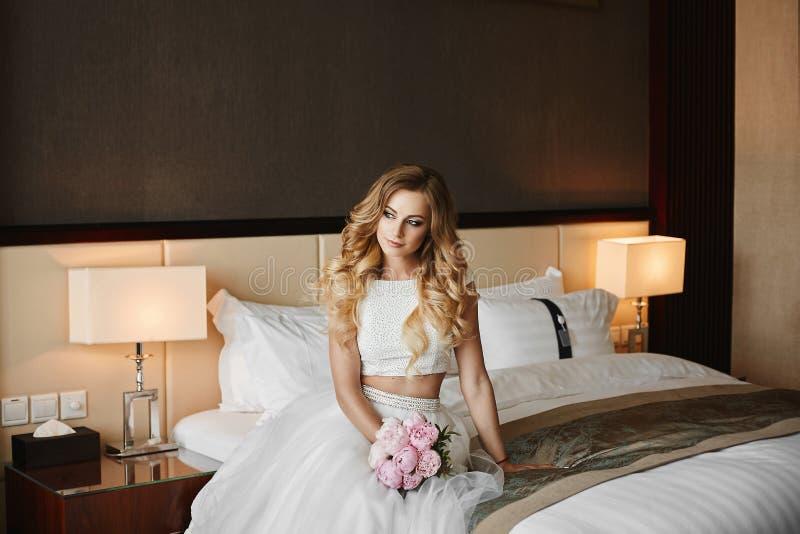 Piękna i modna blondynka modela dziewczyna z ślubną fryzurą zdjęcie royalty free