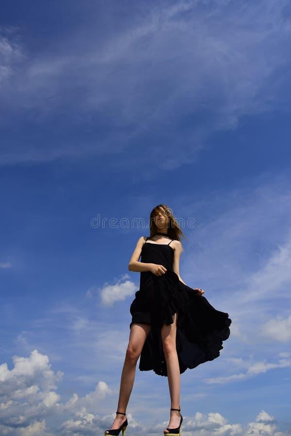 Piękna i mody styl przyszły sukces Ufny w jej wyborze Dziewczyna na niebieskim niebie Radosna śliczna dziewczyna plenerowa oliwi zdjęcie stock