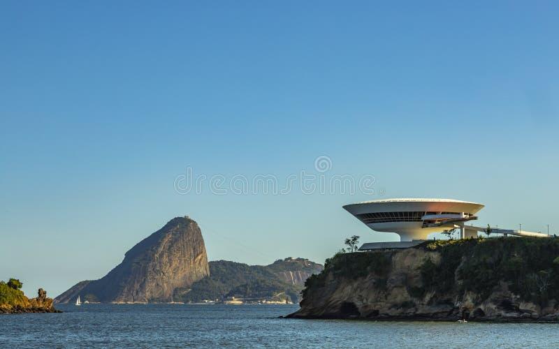 Piękna i nowożytna architektura i piękno natura obraz stock
