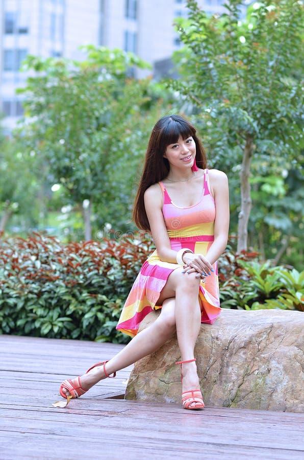 Piękna i płeć Azjatycka dziewczyna pokazuje ona młodości w parku obrazy royalty free