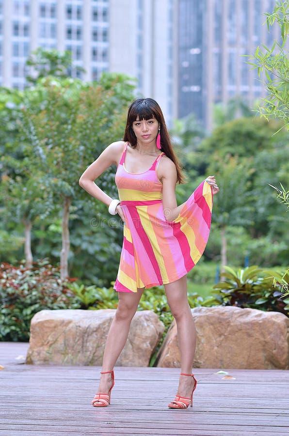 Piękna i płeć Azjatycka dziewczyna pokazuje ona młodości w parku zdjęcie royalty free
